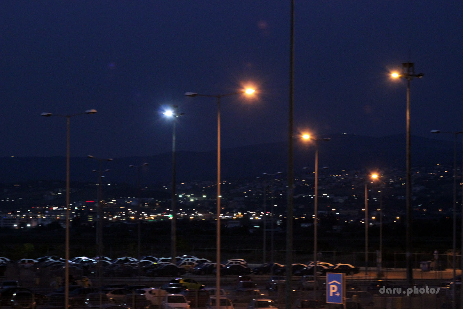 Vorm Flughafen Thessaloniki am Abend